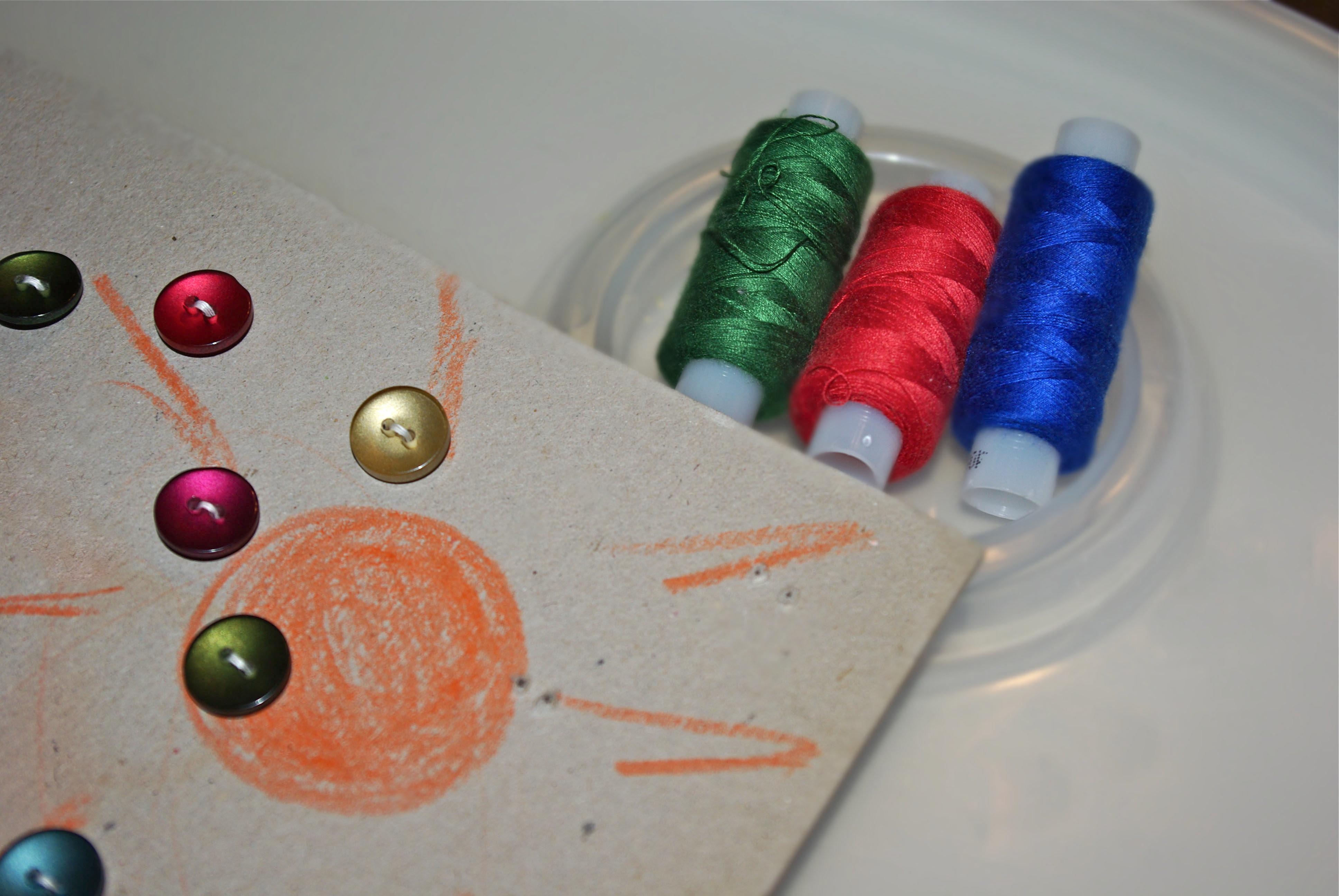 Розвиваючі ігри для дітей: ґудзики та нитки