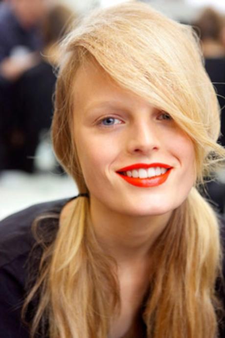 Прежде чем сделать макияж с красной помадой, необходимо подготовить