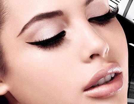 Секреты идеального макияжа: как рисовать стрелки