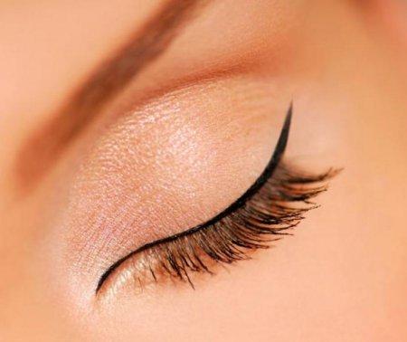 Специалисты рассказали о пользе и вреде перманентного макияж глаз