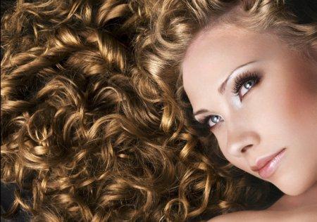 ТОП-10 простих і модних зачісок для кучерявого волосся
