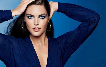 Стилисты рассказали какой макияж под синее платье уместен