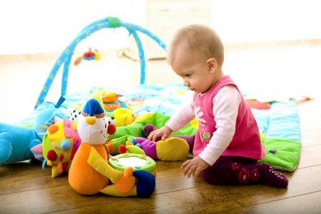 Развитие ребенка в 1 год: правильные игрушки для развития