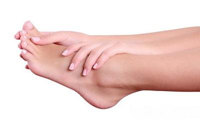 Позбавляємося від мозолів і тріщин на ступнях: педикюр лужної