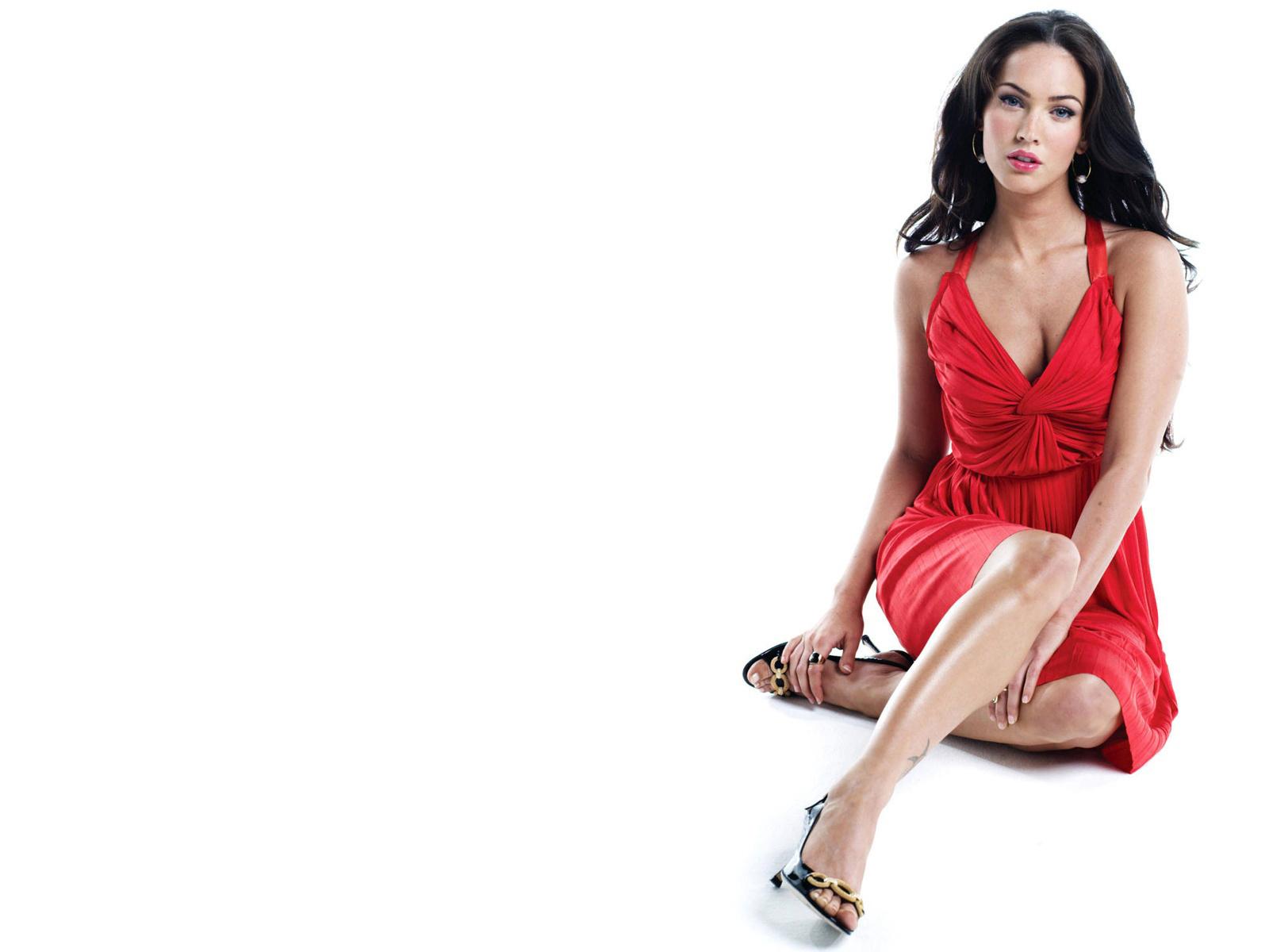 брюнетка в красном платье