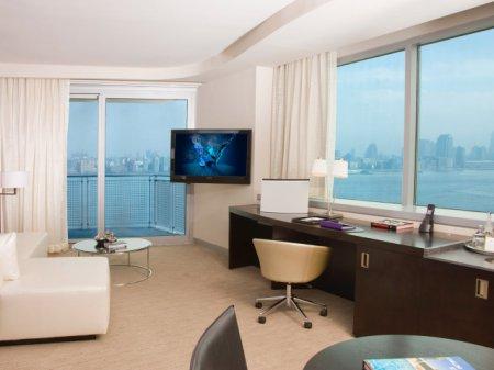 Интерьер угловой комнаты с двумя окнами фото