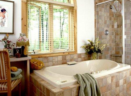 Інтер'єр ванної кімнати з вікном фото