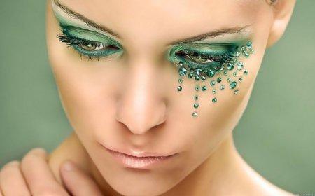 Яскравий образ за 10 хвилин: макіяж зі стразами на очах