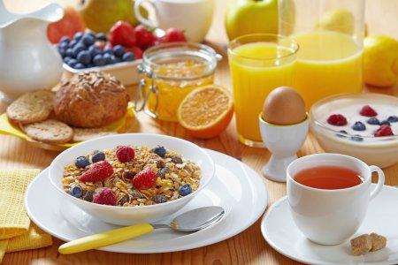 Врачи рассказали, как правильно питаться на завтрак, обед и ужин