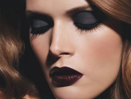 Стилисты рассказали, кому подойдет макияж глаз черными тенями