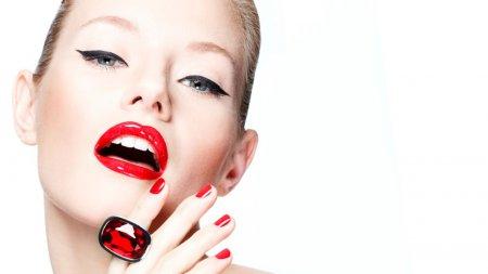 Макіяж очей для червоних губ – королівська розкіш