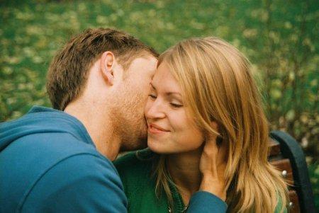 О чем может рассказать поцелуй в щеку?