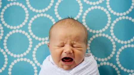 Почему ребенок плачет в 8 месяцев?