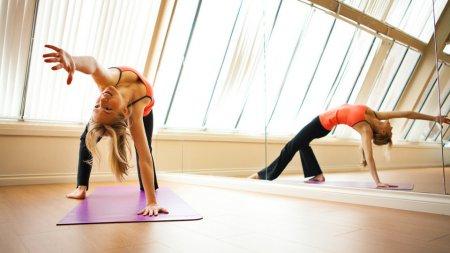 Чи допоможе йога прибрати живіт