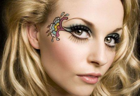 Креативний макіяж з візерунками на очах