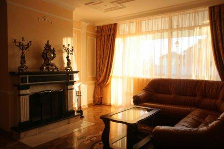 Интерьер гостиной в классическом стиле в квартире