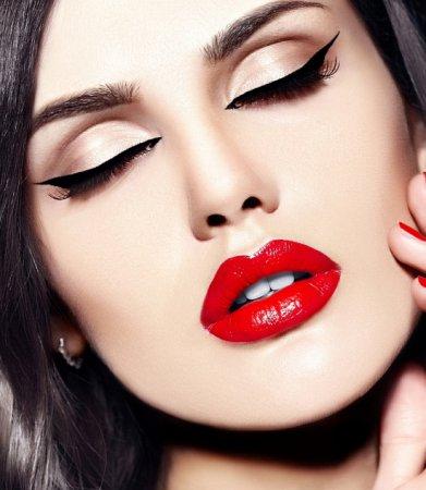 Фахівці розповіли про правила виконання макіяжу з червоною помадою