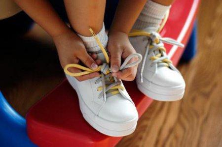 Як навчити дитину зав'язувати шнурки швидко і правильно?