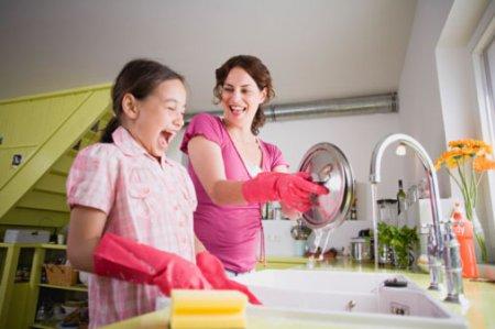 Як привчити дитину мити посуд за собою