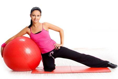 ТОП-5 вправ з фітнес м'ячем для схуднення