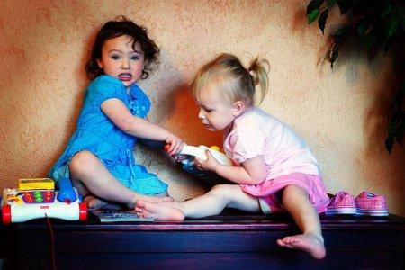 Як навчити дитину ділитися іграшками