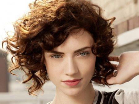 Зачіски на кучеряве волосся
