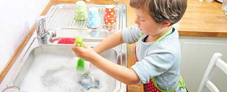 ТОП порад, як привчити дитину мити посуд