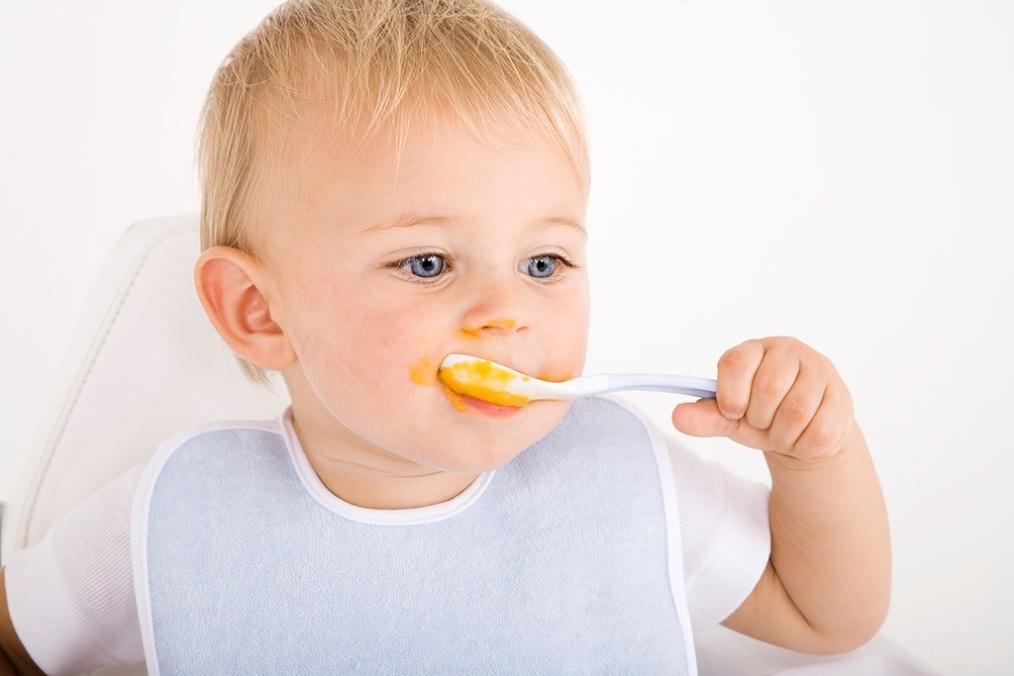 Приучать ребенка самостоятельно кушать ложкой