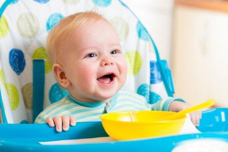 Як навчити дитину їсти ложкою: 10 золотих правил