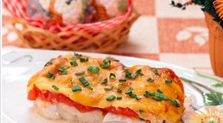 Тріска, запечена з томатами та сиром