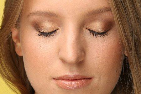 Кому підійде макіяж очей золотими тінями?