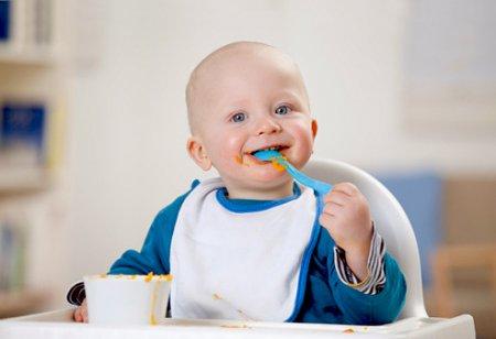 Як привчити дитину самостійно їсти