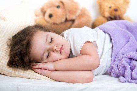 Як навчити дитину засинати самостійно