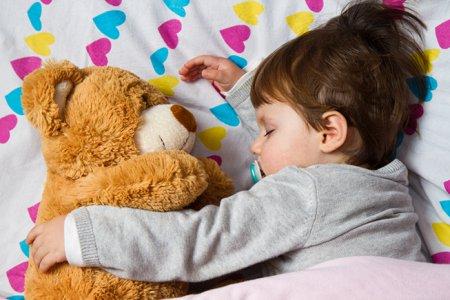 Як навчити дитину засинати без заколисування і зберегти собі нерви